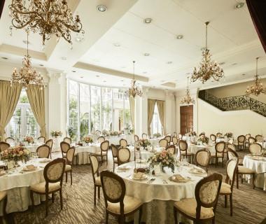 ヴィラ・プリマヴェラ邸ラグジュアリーな空間と、自然光でグリーンいっぱいのロケーションで心地よいひとときを。
