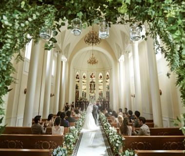 自然光で輝く花嫁さま。海外映画のワンシーンのような一枚をいかがでしょうか。