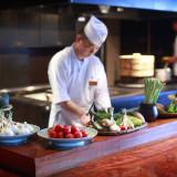 オープンキッチンからは料理の美味しい香りが漂い、ゲストの期待感が高まります。