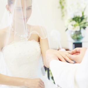 ~指輪の交換~ 心臓から繋がる左手の薬指にリングをはめることで永遠の愛を表しています。|ラ・セーヌブランシュの写真(1070867)