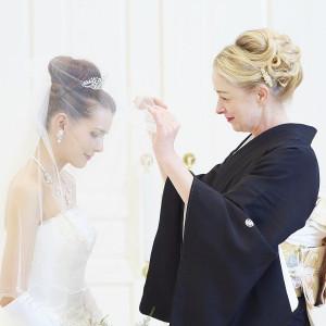 今まで愛情いっぱいに育ててきたお母様の手でそっとベールをおろします。 『お嫁に行く最後の身支度』という意味が込められています。|ラ・セーヌブランシュの写真(1070869)