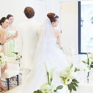 挙式のフィナーレは、ゲストの皆様の祝福を受けながら、新しい未来へ向かっておふたりでバージンロードを進んでゆきます。 扉の外には、おふたりの輝かしい未来が広がっております。|ラ・セーヌブランシュの写真(1070919)