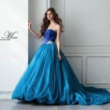スタイリッシュな印象のブルーバイカラードレス