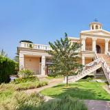 独立型チャペル【ドゥオモ・ディオーネ】 芝生と青空が広がる空間は、まるで海外のリゾートのような雰囲気