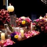 テラスのお客様のコーディネート例。装花やキャンドルなどの小物でオリジナルコーディネートを。