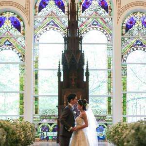 ステンドグラスは、ヨーロッパの教会で実際に使われていた。パイプオルガンの音色がよく響く設計|迎賓館 サクラヒルズ川上別荘の写真(3017551)