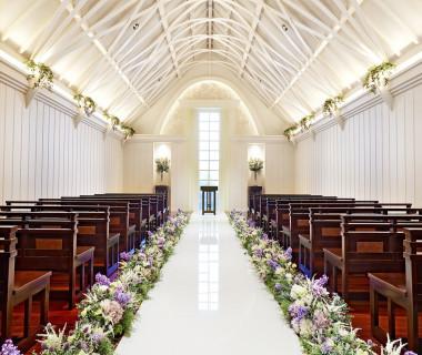 天井にはリボンをモチーフにした印象的なアーチが施された純白のチャペル