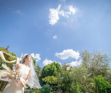 純白のドレスが映える緑豊かなガーデン!自然と笑顔が溢れてきますよ☆