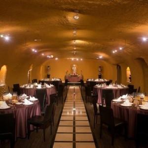 愛の洞窟をイメージした披露宴スペース