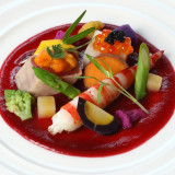 新鮮な魚介類と旬のお野菜のコンポジション 彩豊かに盛り付けて