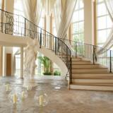この階段を下りて大聖堂へ。 外国映画のワンシーンみたい♫