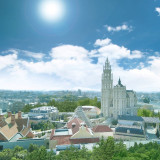 壮大なフィールドの中に佇む大聖堂