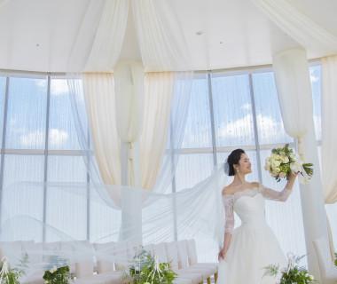 自然光溢れるチャペルなのでドレスもキラキラと輝きを増す