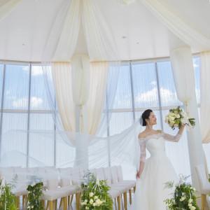 自然光溢れるチャペルなのでドレスもキラキラと輝きを増す|ANAクラウンプラザホテル岡山の写真(2970183)