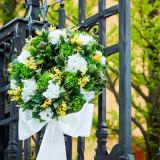 ゲートを飾るリースは 結婚式のテーマ色を使うのがおススメ! 玄関からふたりの結婚式が始まります