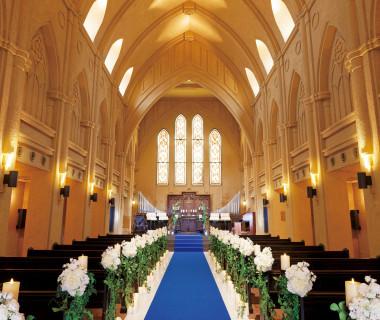 【サンタ・マリア・デッレ・グラツィエ教会】ヨーロッパの大聖堂を思わせる天井の高さや、美しいステンドグラスが印象的。荘厳な雰囲気がゲストをの記憶に刻まれる