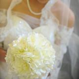 純白のウェディングドレスにあわせる【ホワイトブーケ】グリーンを使わない美しいブーケです