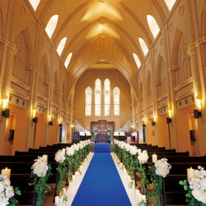 【サンタ・マリア・デッレ・グラツィエ教会】ヨーロッパの大聖堂を思わせる天井の高さや、美しいステンドグラスが印象的。荘厳な雰囲気がゲストをの記憶に刻まれる|ピアザ デッレ グラツィエの写真(2634397)