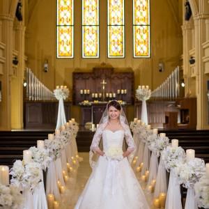 足を一歩踏み入れた瞬間、思わず外国にいる様に錯覚してしまうほど美しい大聖堂。正面には自然光で輝くステンドクラスが花嫁を引き立たせてくれる|ピアザ デッレ グラツィエの写真(1713109)