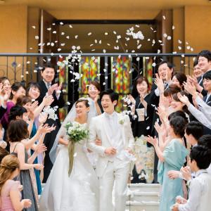 挙式後は開放的な広場で、ゲストからの祝福やフラワーシャワーが幸せを感じる瞬間に!|ピアザ デッレ グラツィエの写真(2838250)