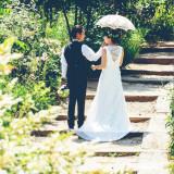 真っ白なドレスがグリーンによく映えます