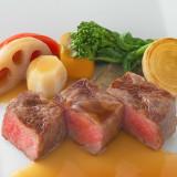 ゲストの年齢や状況に合わせて、食べやすいサイズにして提供。