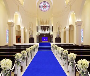 聖歌隊の歌声も美しく響く大聖堂での挙式は、花嫁姿も一際輝く