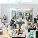 挙式と披露宴の間のアプローズパーティでは、新郎新婦もゲストと楽しむ時間をつくることができる。