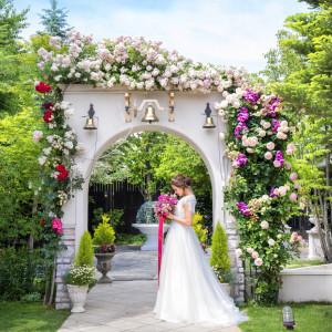 バラの咲き誇るアーチでは、挙式の余韻を残しながらゲストとハッピーな気持ちを共有する時間を。アフターセレモニーにブーケトスやフォトセッションなど|felizcreer(フェリスクレール)の写真(1112588)