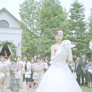 花嫁からの幸せのブーケトス。後ろには期待感に胸をおどらせて女性陣が待ち構えます。シャッターチャンスを逃さないで!|felizcreer(フェリスクレール)の写真(709144)