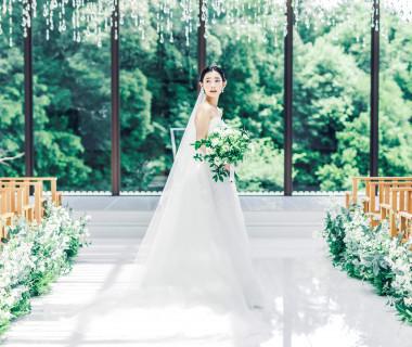 優しい緑と自然光に包まれて 花嫁姿が美しく輝く