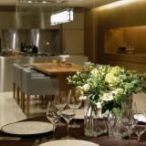 「ギャラリー」内のキッチンにて、シェフと料理の打ち合わせや試食などを行なうことができる。2人のためだけに創られる特別なフルコースが生まれる空間。