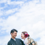 結婚式当日までに行う前撮り写真。館内だけでなく外での撮影も素敵。青空があればこのペアは外せません。