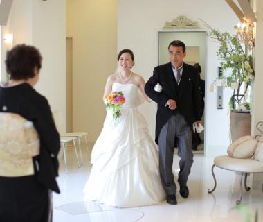 お父様が新婦様をお迎えに。お母様との対面に笑顔の表情!