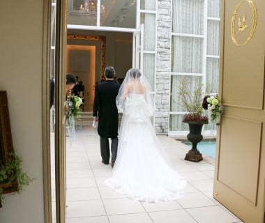 【wedding open door 入場口 】 入場口の扉を開くと、一度外の空間をバージンロードとしてゆっくり歩いていただきます。