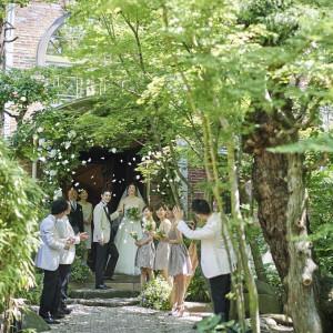 挙式を終えると、ゲストからフラワーシャワーの演出が|藤屋御本陣(THE FUJIYA GOHONJIN)の写真(1162958)