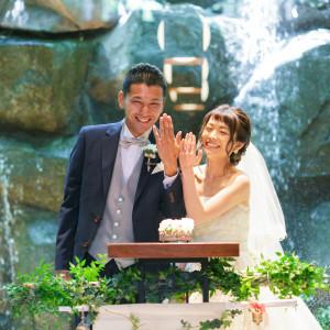 指輪の交換を終え、笑顔が溢れるおふたり|藤屋御本陣(THE FUJIYA GOHONJIN)の写真(5637015)