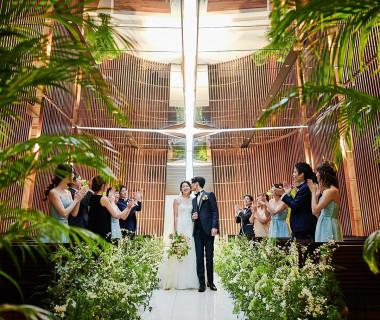 【挙式会場】阿蘇の森と泉がモチーフの『森と泉の音楽堂』。ミラー天井と純白の大理石のバージンロードが幻想的。