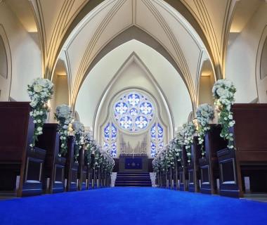 花嫁を魅了するのは、「永遠」を意味するロイヤルブルーのチャペル