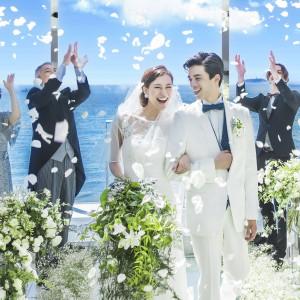 青い海と空をバックに、ウェディングドレス姿も一段と美しく輝きます。|SCAPES THE SUITEの写真(4495456)