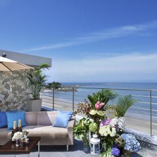 【7月~9月限定】夏コーディネートテラス!海と緑に包まれた屋外テラスでウェルカムパーティが叶います