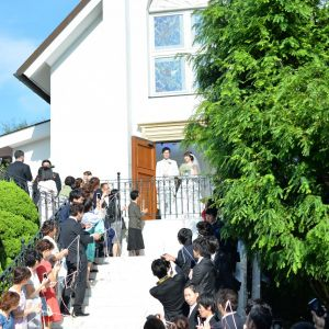 挙式後はゲストが見守る中フラワーシャワーへ。大階段ではおふたりが好きなBGMを流すことができるのでより迫力があり、自然と笑顔になります。|ルーデンス立川ウエディングガーデンの写真(913289)