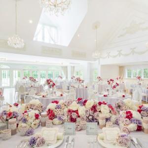 白を基調としたフランス館の部屋に足を踏み入れれば優美な空間に包まれ、まるでプリンセスになったよう。|ルーデンス立川ウエディングガーデンの写真(495037)