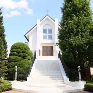 大きな独立型チャペル。建物に併設していないので、まるでおふたりのお家のようなチャペルです。|ルーデンス立川ウエディングガーデンの写真(913291)