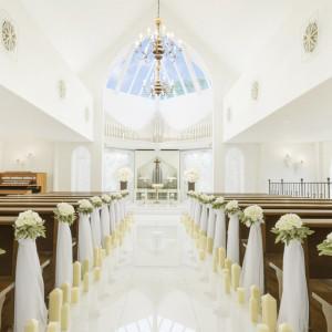祭壇の上には広がる大きな天窓。全体的に白を取り入れてるチャペルは自然の光でより明るくなります。|ルーデンス立川ウエディングガーデンの写真(495039)