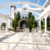 ユアーズホテルフクイ本館屋上のガーデンチャペル「ルーチェ」。ご参列の方々が座るチェアもナチュラルにこだわった透明感のあるものを使用。