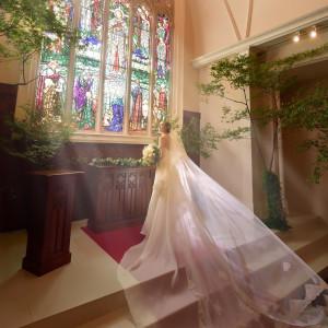 優しい光に包まれながらゲストの祝福を受ける挙式は「家族の絆」がテーマ