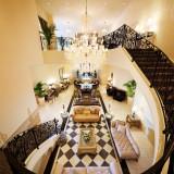 1階~2階まで贅沢に貸し切れる待合ロビー。エレガントなソファが並び、ゲストがゆったり寛げる空間に。
