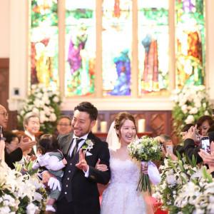 大切なゲストに囲まれた祝福の退場シーン セントグレースヴィラ(千葉)の写真(5096978)