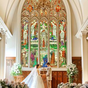 120年の歴史を持つ英国生まれのステンドグラスはドレス姿を優しく彩る|セントグレースヴィラ(千葉)の写真(3078644)